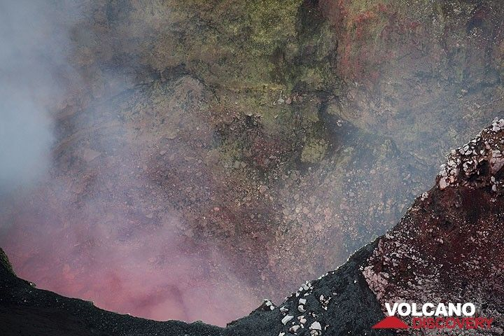 The glow from the lava lake inside the north vent. (Photo: Tom Pfeiffer)