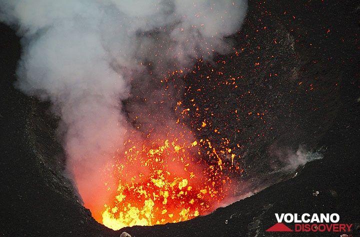 Exploding lava bubbles eject very fluid spatter - Benbow volcano, Ambrym, Vanuatu (Photo: Tom Pfeiffer)