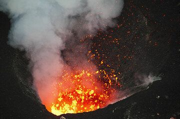 Exploding lava bubbles eject very fluid spatter - Benbow volcano, Ambrym, Vanuatu (Photo: Tom Pfeiffer)