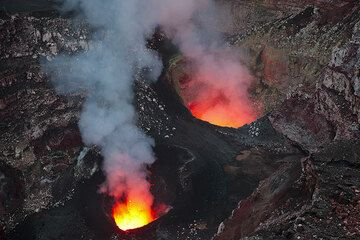 The south and north pits with their lava lakes inside Benbow's crater in the evening. (Photo: Tom Pfeiffer)