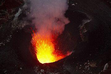 Eine berstende Lavablase wirft einen Strahl flüssiger Lava aus. (Photo: Tom Pfeiffer)