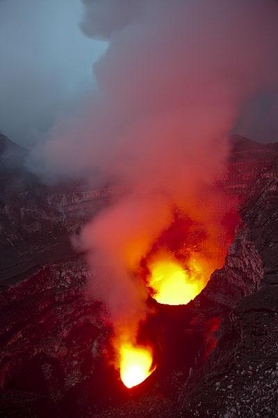 Die aktiven Schlote des Benbow im Dämmerlicht. (Photo: Tom Pfeiffer)