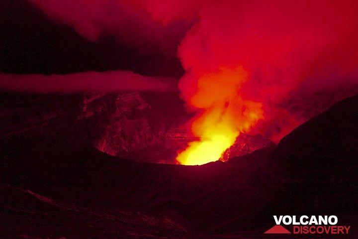 Der Bembow Krater bei Nacht angeleuchtet von den Lavaseen. (Photo: Tom Pfeiffer)