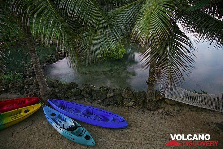 Kayaks am Strand (Photo: Tom Pfeiffer)