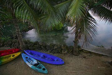 Kayaks at the beach (Photo: Tom Pfeiffer)