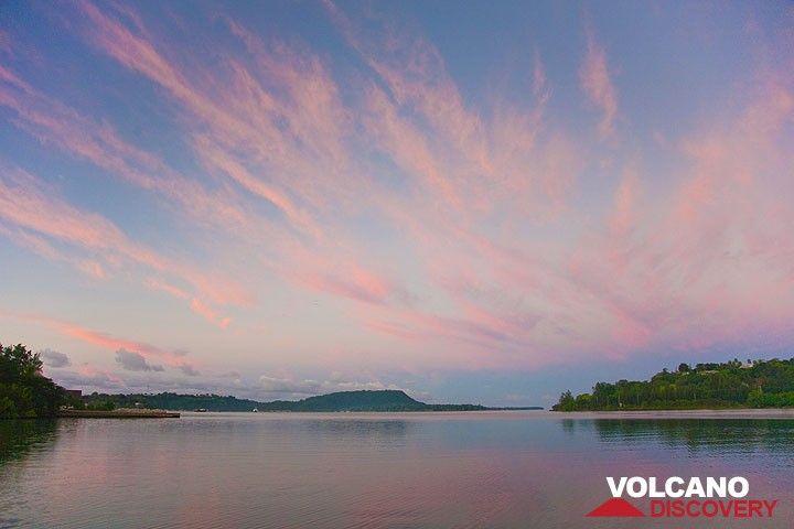 Sonnenaufgang über der Fatumaru Bucht (Photo: Tom Pfeiffer)