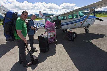 Stephan, Ronny und Pieter vor dem kleinen Flugzeug, das uns nach Ambrym bringen soll. (Photo: Tom Pfeiffer)