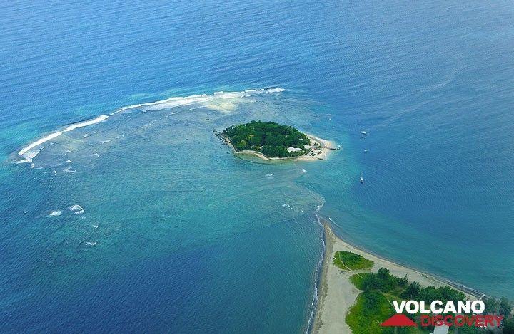 Die Hideaway Island mit ihrem Riff aus der Luft (Photo: Tom Pfeiffer)