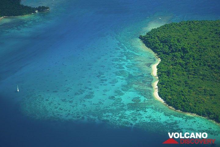 Ein Segelboot zwischen zwei tropischen Inseln (Photo: Tom Pfeiffer)
