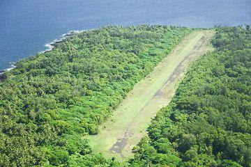 The runway of Craig Cove (Ambrym) comes into sight. (Photo: Tom Pfeiffer)