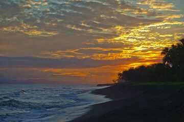 Sunset on the beach (Photo: Tom Pfeiffer)