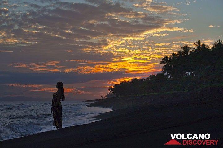 Silhouette einer Frau am Strand bei Sonnenuntergang (Photo: Tom Pfeiffer)