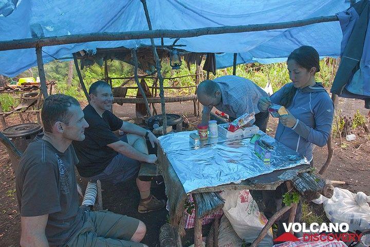 Unser Camp in der Ambrym caldera. (Photo: Tom Pfeiffer)
