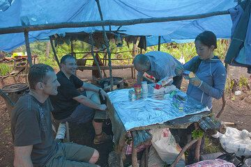Preparing lunch in the camp. (Photo: Tom Pfeiffer)