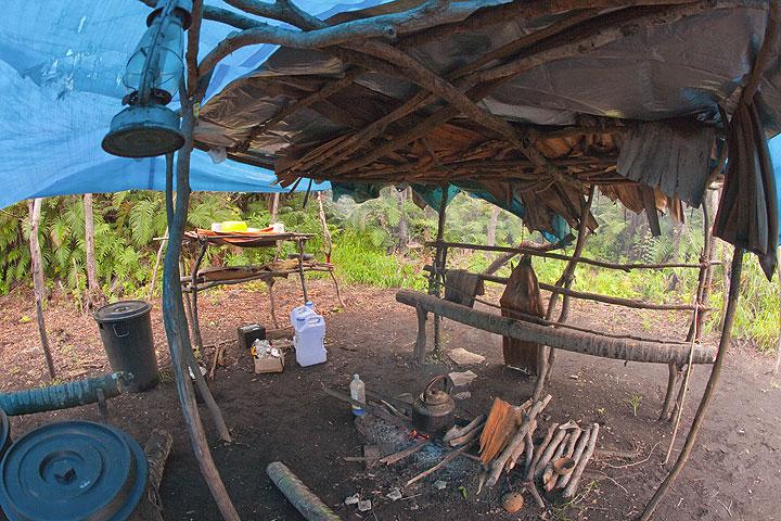 Die Küche im Expeditionscamp auf Ambrym. (Photo: Tom Pfeiffer)