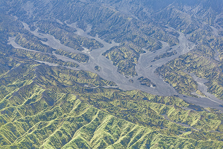 Larger gravel- and sand-filled fluvial valleys dissect the pattern of canyons and ridges.  (Photo: Tom Pfeiffer)
