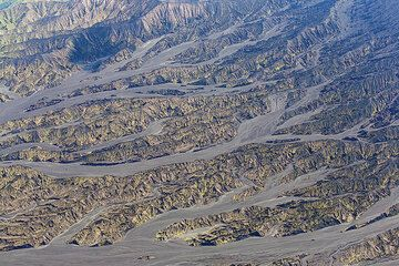 Erosion valley at the feet of Benbow crater leading into the flat caldera. (Photo: Tom Pfeiffer)