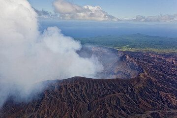 The smoking crater of Benbow seen from the air. (Photo: Tom Pfeiffer)