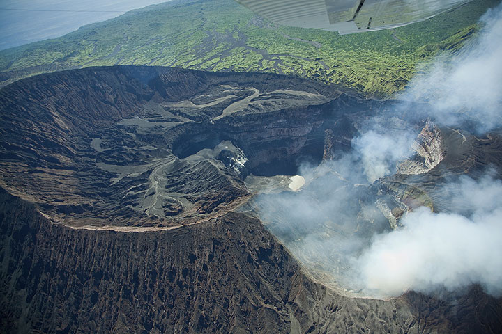 Oblique aerial view onto the complex of Marum crater and strongly degassing Niri Mbwelesu. (Photo: Tom Pfeiffer)