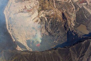 The lava lake of Marum (Photo: Tom Pfeiffer)