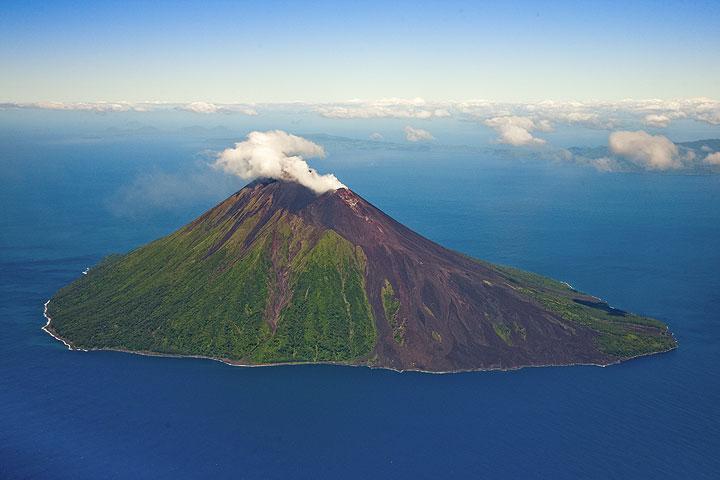 Le volcan Lopevi vu de l'avion (Photo: Tom Pfeiffer)