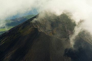 View into the summit crater of Lopevi (Photo: Tom Pfeiffer)
