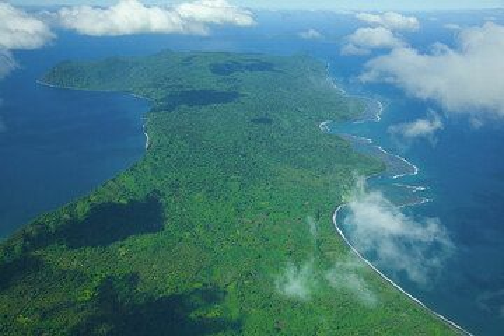 The ondulating south coast of Epi Island. (Photo: Tom Pfeiffer)