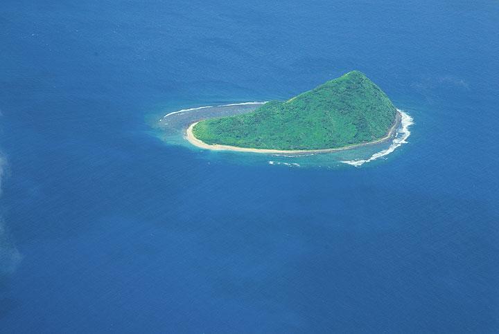 The small island of Namuka and its reef. (Photo: Tom Pfeiffer)