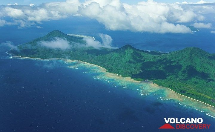 Emae Island and its chain of volcanic cones seen from N. (Photo: Tom Pfeiffer)