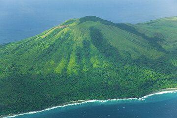 The cone of Mt Marow volcano on Nguna Island (Photo: Tom Pfeiffer)