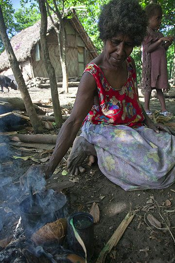 Woman dying dry palm leaves and other materials used for weaving and in other handcrafts (Photo: Tom Pfeiffer)