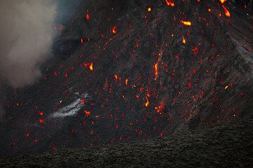 Glowing spatter from the last eruption landed on the crater wall and is still glowing. (Photo: Tom Pfeiffer)