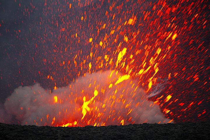 Ein weiterer heftigerer Ausbruch wirft unter lautem Knall einen Strahl aus glutflüssigen Schlacken aus. (Photo: Tom Pfeiffer)