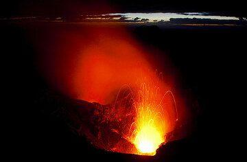 Eruption at early dawn (Photo: Tom Pfeiffer)
