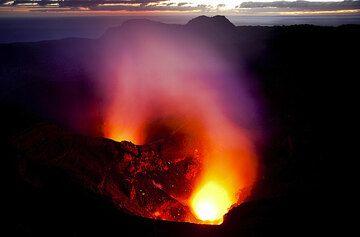 Eruption du Yasur à l'aube (Photo: Tom Pfeiffer)