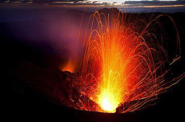 Strong eruption at Yasur volcano at dawn (Photo: Tom Pfeiffer)