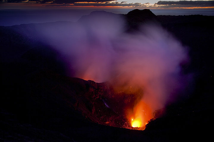 Spattering and lava glow in the morning twilight (Photo: Tom Pfeiffer)