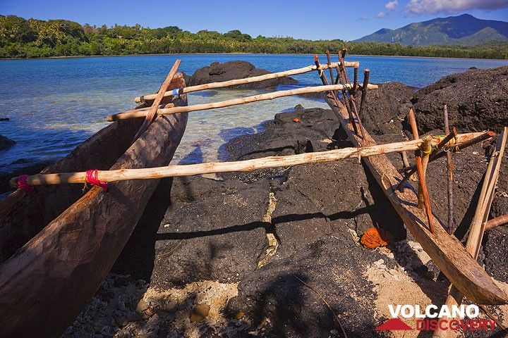 Traditional outrigger canoe at Port Resolution Bay. (Photo: Tom Pfeiffer)