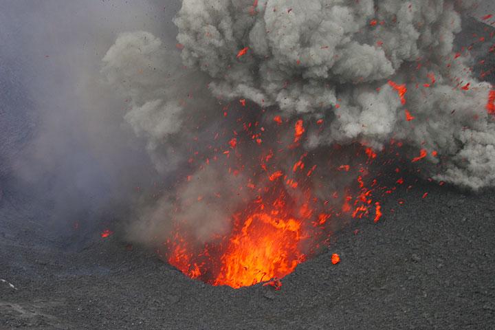 Ausbruch eines Kraters vom Yasur, Vanuatu (Photo: Yashmin Chebli)