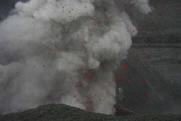 Eruption from Yasur volcano (Vanuatu) (Photo: Yashmin Chebli)