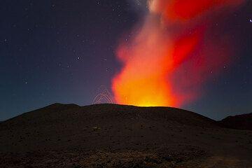 Erupting Yasur under a star-filled night (Photo: Tom Pfeiffer)