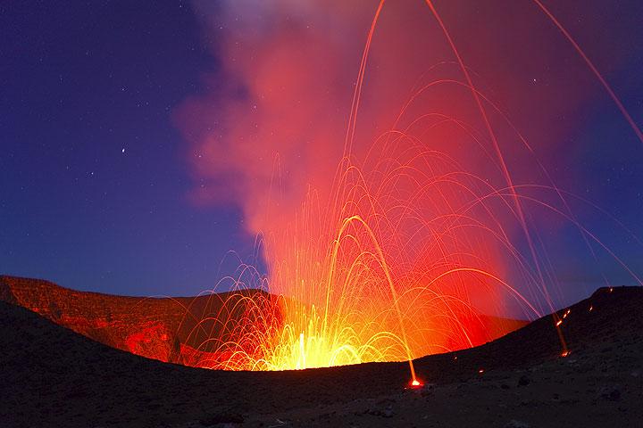 Eine kräftige Explosion wirf glühende Bomben hoch in die Luft und über den Betrachterstandpunkt hinaus. (Photo: Tom Pfeiffer)