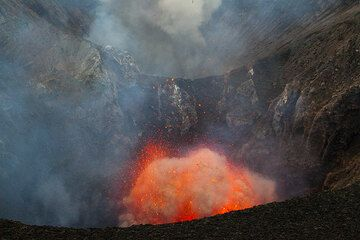 Beginning of a powerful explosion. The following photos are part of a full sequence showing the expanding mixture of lava and pressurized gasses leaving the vent. (Photo: Tom Pfeiffer)