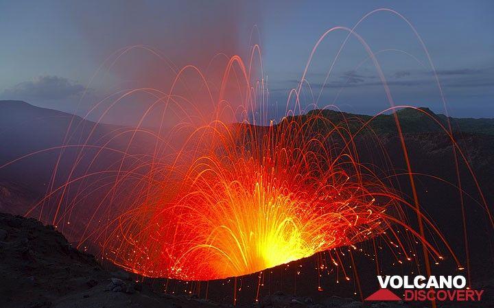 Kräftige Explosion des Südkraters des Yasur im abendlichen Zwilicht. (Photo: Tom Pfeiffer)