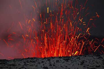 Image from the same eruption: a few seconds later, the glowing bombs start to fall back into the crater. (Photo: Tom Pfeiffer)