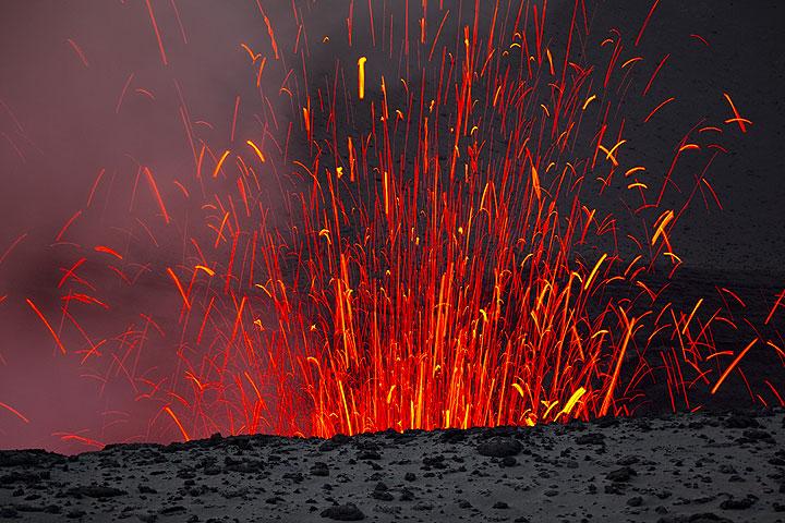 Ein Bild von der gleichen Explosion: die glühenden Bomben fallen zum Teil wieder in den Krater zurück. (Photo: Tom Pfeiffer)