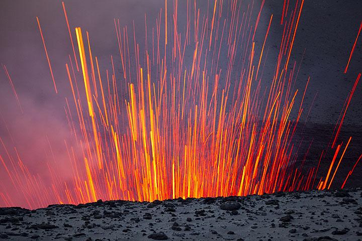Glühende Lavagarben aus dem Krater schießen steil nach oben. (Photo: Tom Pfeiffer)