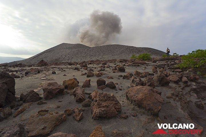 The flat area around the eastern base of the cone of Yasur volcano is covered with thousands of large bombs from strong eruptions. (Photo: Tom Pfeiffer)