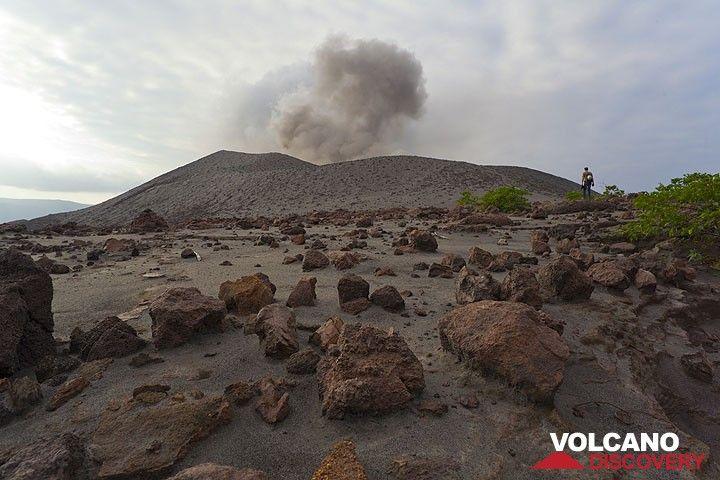 La plaine à l'est du cone du Yasur est couverte par des nombreuses bombes qui ont été éjectées jusqu'ici par des fortes explosions passées. (Photo: Tom Pfeiffer)