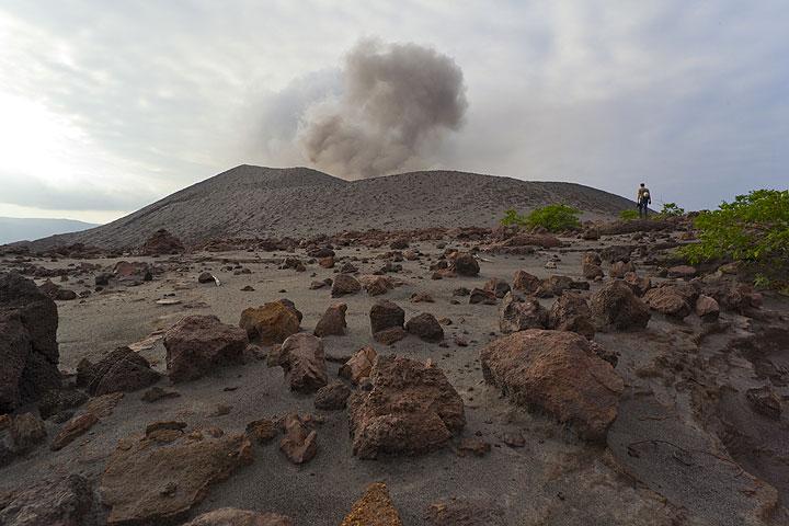 Die Ebene östlich des Kegels des Yasur ist von großen Bomben übersäht, die bei früheren heftigen Explosionen hierhin geschleudert worden waren. (Photo: Tom Pfeiffer)
